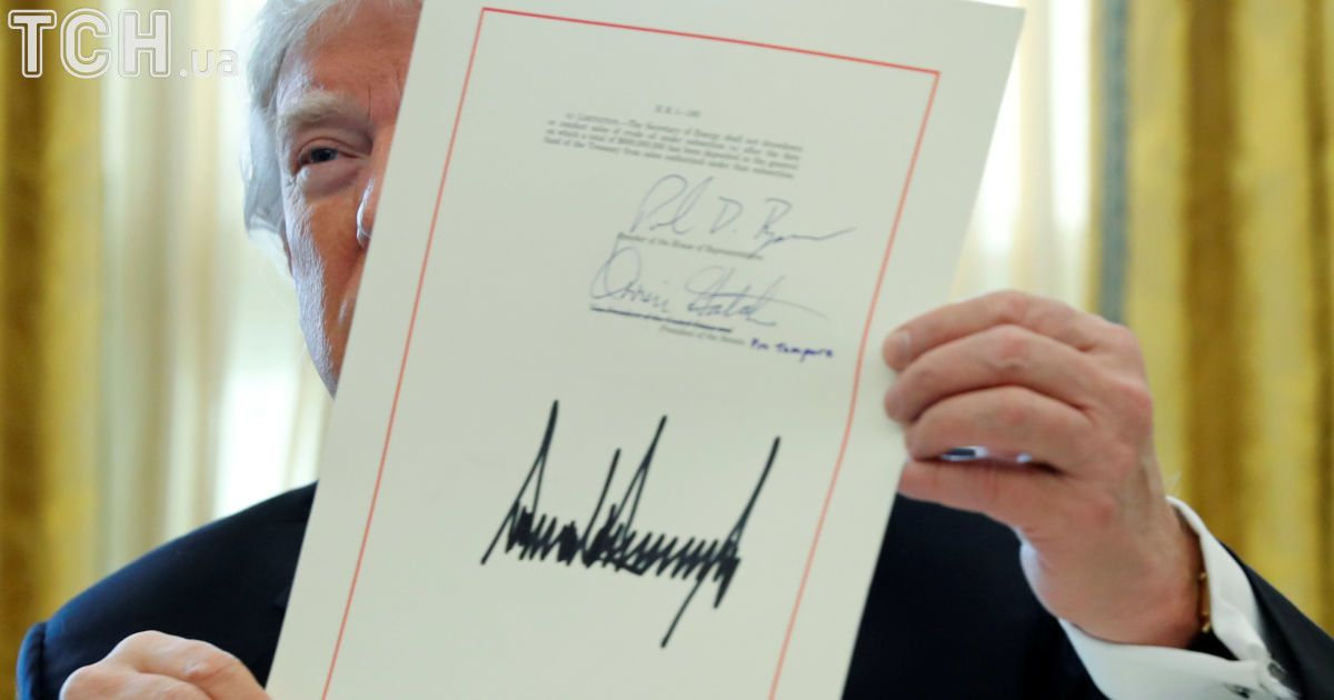 Трамп подписал налоговую реформу @ Reuters