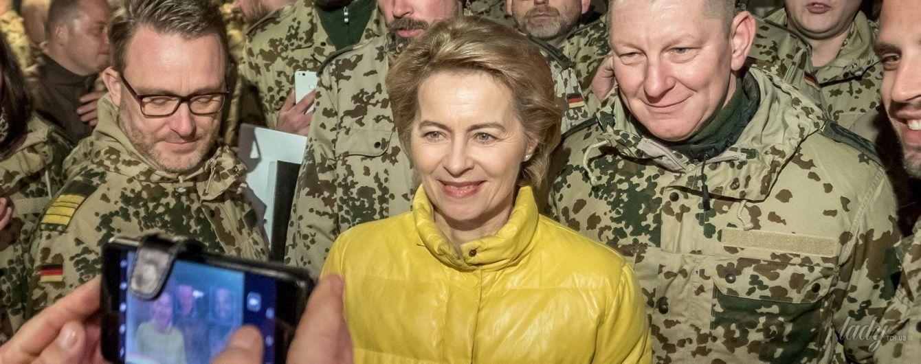 Министр обороны Германии Урсула фон дер Ляйен в лимонной куртке прибыла на военную базу