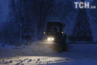 Коммунальщики отчитались, сколько машин убирает снег на дорогах Киева