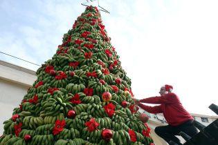 Чем богаты: в Бейруте установили елку из бананов