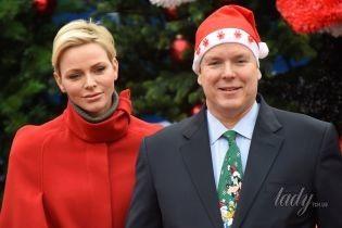 Княгиня Шарлин в алом пальто, князь Альбер II в галстуке с Гуфи: монархи Монако раздали детям подарки