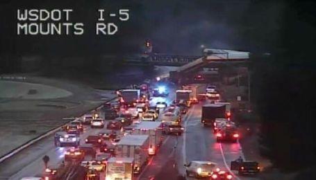 В США поезд сошел с рельсов на мосту