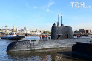 В Аргентині родичі моряків зі зниклого підводного човна прикували себе до паркану перед будівлею уряду