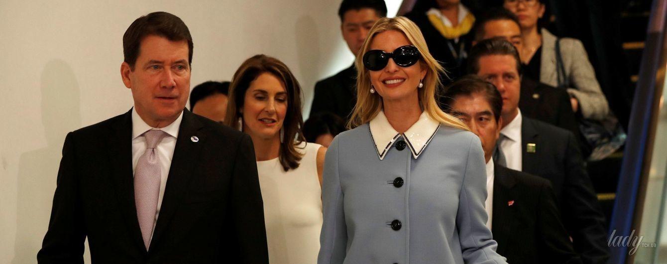 В солнцезащитных очках и балетках с бантиками: стильная Иванка Трамп в аэропорту Японии