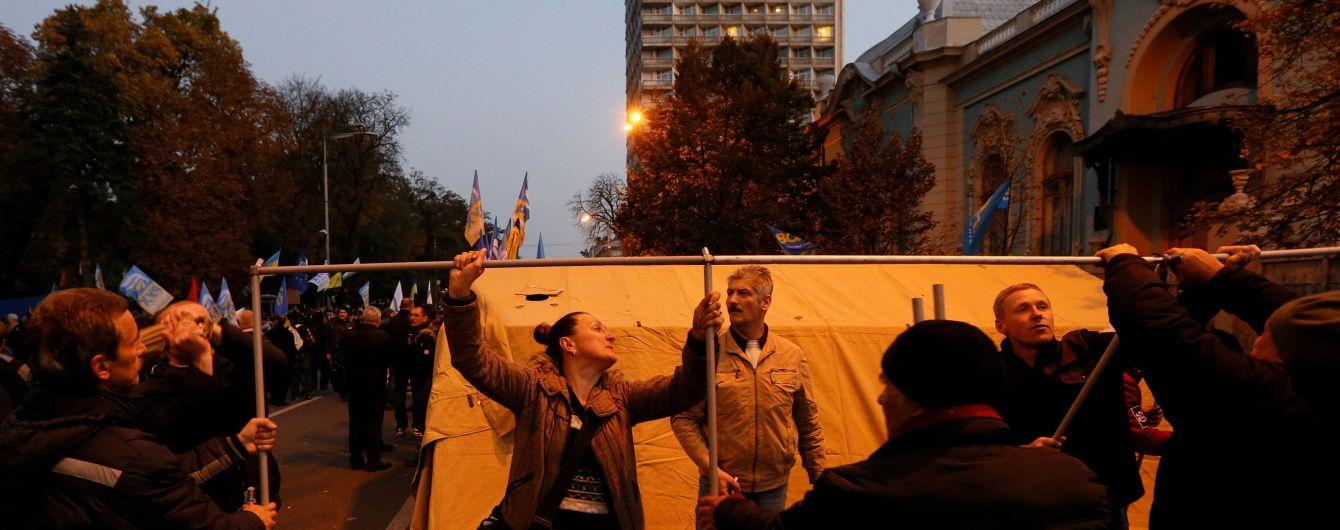 Біля наметового містечка під Радою з'явилася перша барикада
