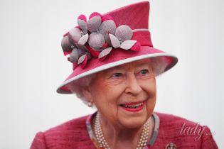В розовом наряде и с ярким макияжем: 91-летняя королева Елизавета II на параде