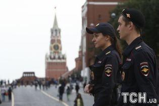 Возле Кремля полиция задержала фанатов, пытавшихся достать мяч