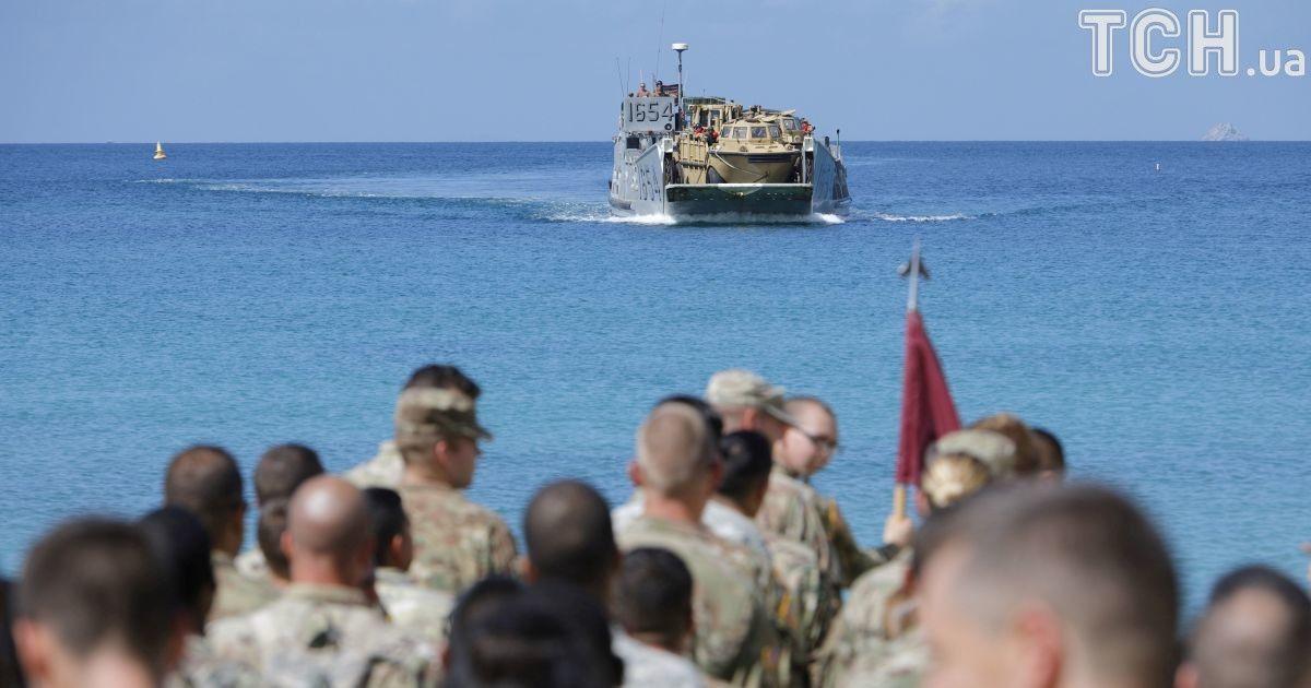 Солдаты ждут посадочное судна военно-морского флота, потому что их часть эвакуируется накануне урагана «Мария», остров Сент-Томас.