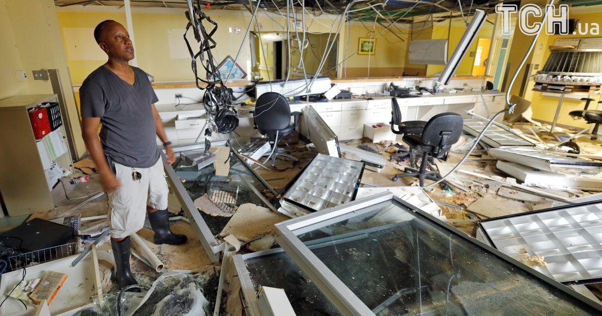 Даррил Рис, старший директор регионального медицинского центра Шнайдер, осматривает мусора во время медиа-турне о повреждении главного больничного комплекса острова, Сент-Томас.