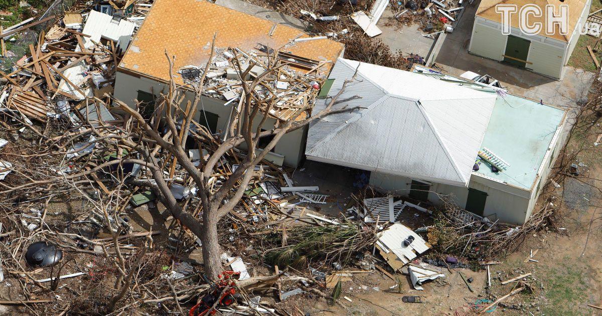 Дома посреди обломков и поваленного дерева на острове Сент-Джон.