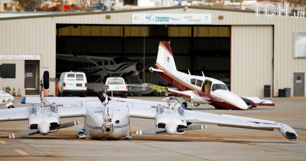 """Частный самолет, перевернутый ураганом """"Ирма"""", лежит возле другого, также поврежденного штормом в аэропорту на острове Сент-Томас."""