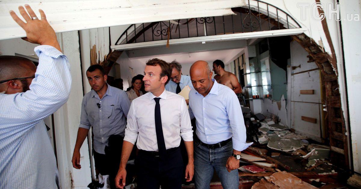 Президент Франции Эммануэль Макрон на разрушенном острове Сен-Мартен