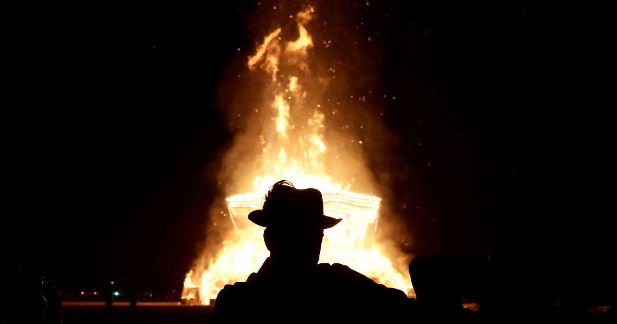 """Сжигание """"мужчины"""" и пламя в пустыне: Reuters опубликовало впечатляющие фото с фестиваля Burning Man"""