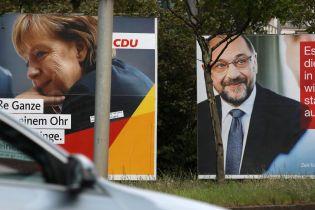 Меркель опять забросали помидорами