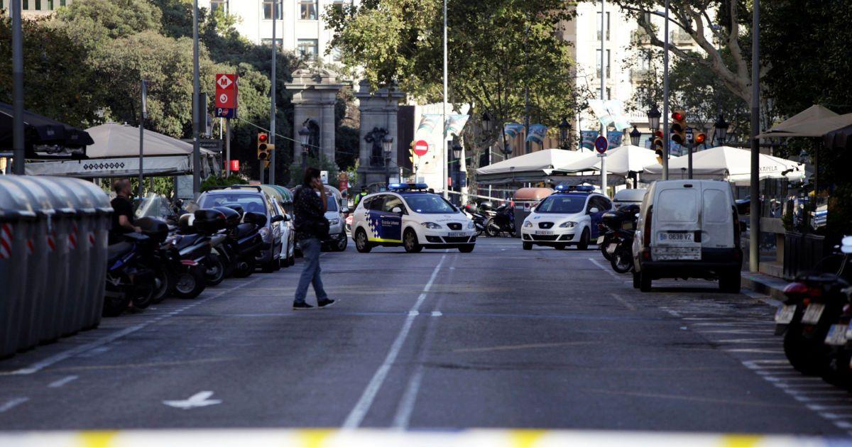 Недалеко от места теракта в Барселоне машина влетела в полицейских, началась стрельба - СМИ