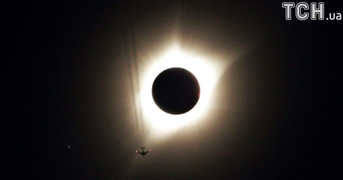 Полное солнечное затемненя в США: лучшие фото и видео