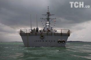 """Reuters показало протараненный танкером американский ракетный эсминец """"Джон Маккейн"""""""