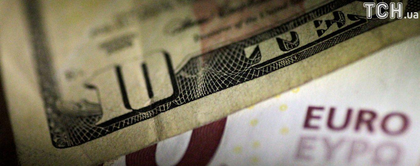 Долар додав у ціні, а євро втратив у курсах Нацбанку на четвер. Інфографіка