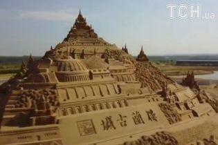 У Китаї побудували найбільшу в світі скульптуру з піску