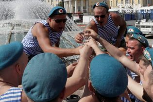 Горілка, купання у фонтанах і танці: Reuters показало, як у Росії відсвяткували День ВДВ