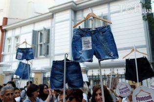 Сотни женщин в Турции вышли на митинг с шортами вместо транспарантов