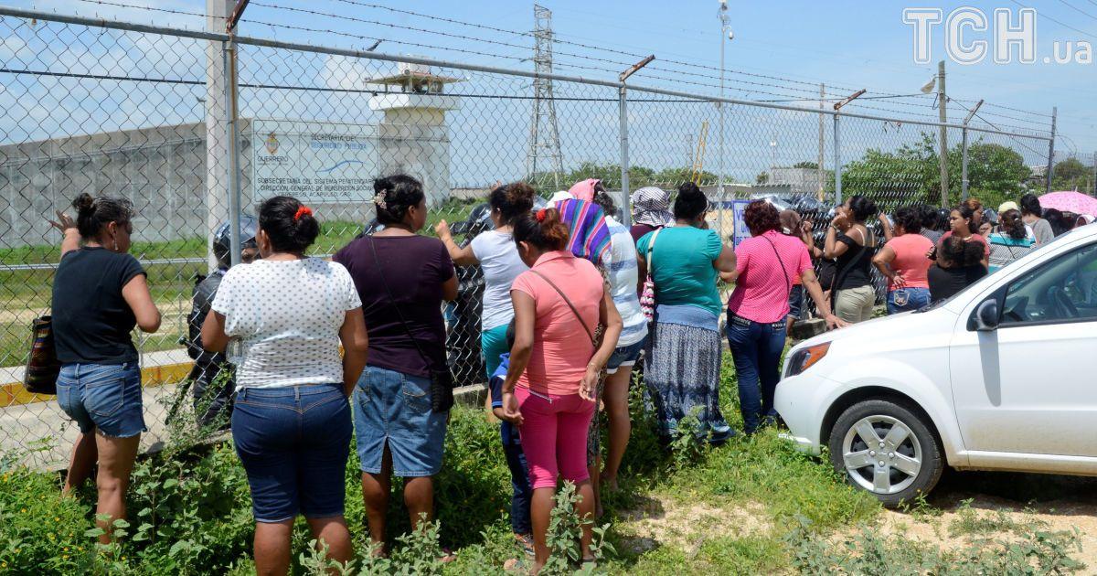 Після того, як стало відомо про сутички, під в'язницею зібралися родичі ув'язнених @ Reuters