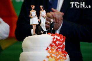 Веселкові прапори і весільний торт: як у Німеччині святкують схвалення одностатевих шлюбів