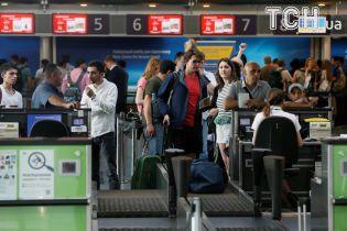 Українці годинами очікують в аеропортах на рейси до курортів. Пояснюємо - чому