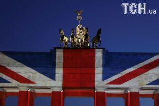 Память о жертвах теракта: Бранденбургские ворота в Берлине окрасили в цвета британского флага
