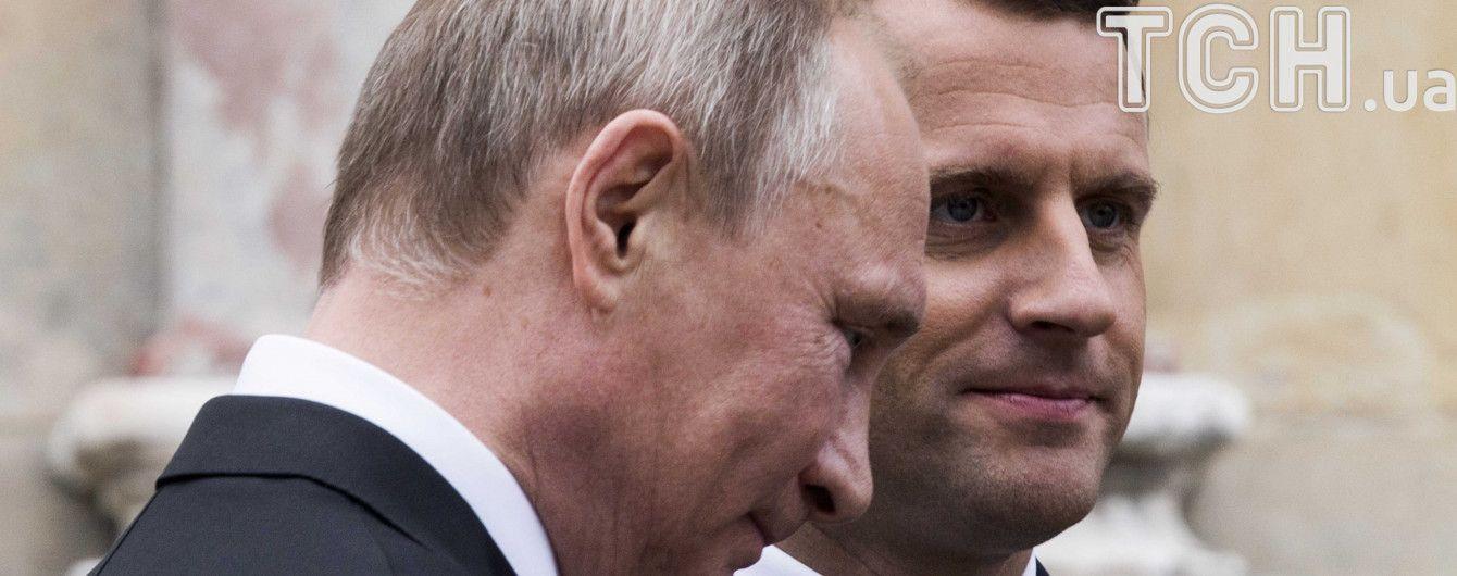 """Макрон обсудил с Путиным """"школьное перемирие"""" на Донбассе"""