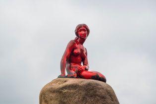 У Копенгагені облили червоною фарбою всесвітньо відому статую Русалоньки