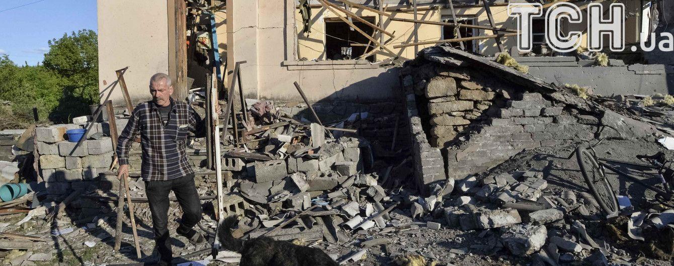 Брезентовая крыша и фанерные окна: пенсионер в Авдеевке прекратил прятаться в подвал во время обстрелов