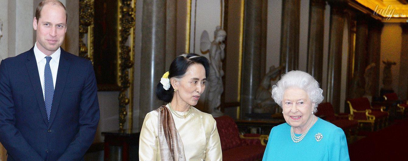 В голубом платье и с любимой сумочкой: королева Елизавета II продемонстрировала яркий образ