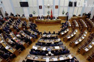 В Черногории лидер оппозиции забаррикадировался в здании парламента, чтобы избежать ареста