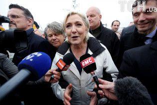 Ти не пройдеш: Ле Пен освистали під час передвиборчої агітації