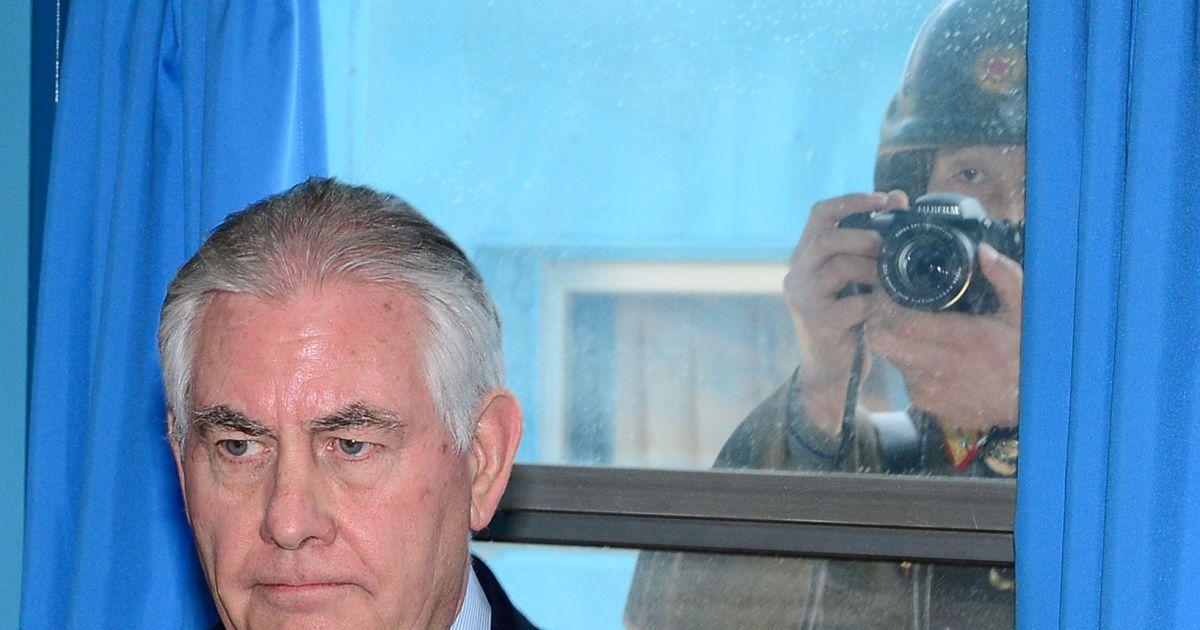 Госсекретаря США Рекса Тиллерсона фотографирует журналист КНДР через окно
