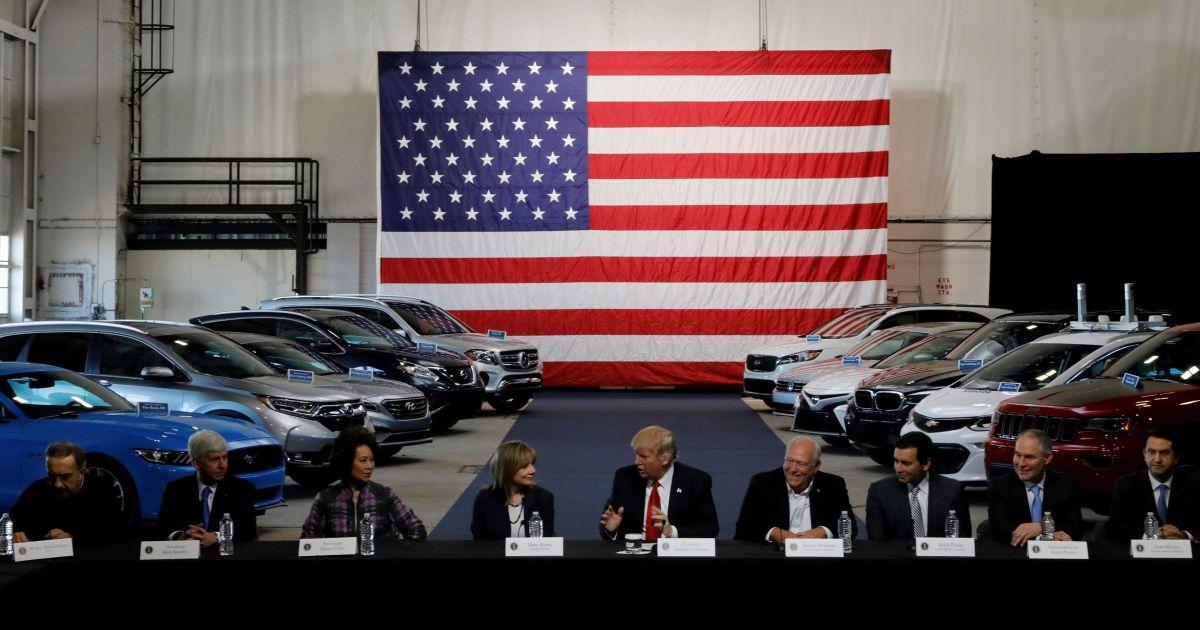 Трамп ведет переговоры с лидерами автомобильной промышленности в Мичигане