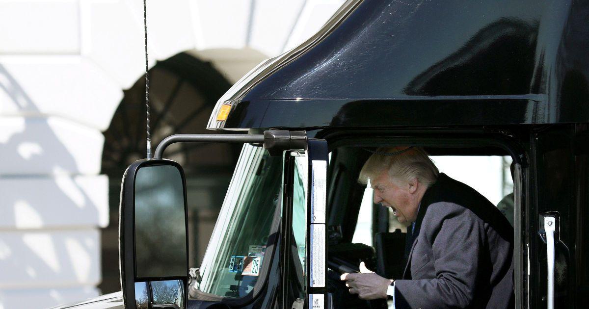Дональд Трамп представляет себя водителем грузовика во время совещания по здравоохранению в Белом доме
