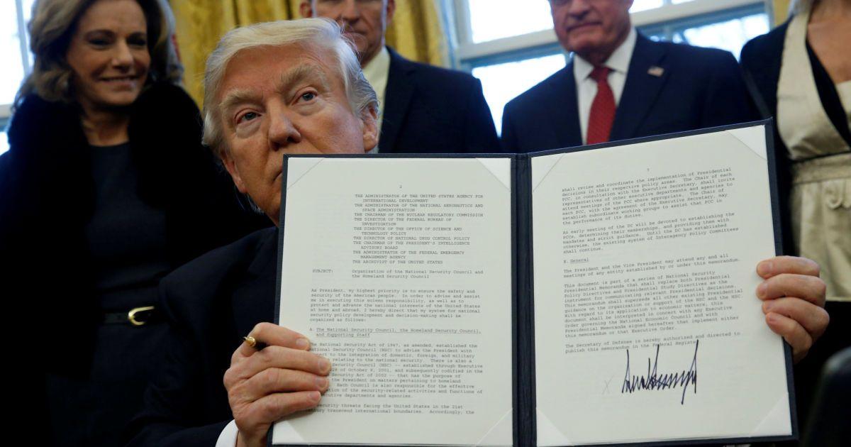 Трамп держит правительственное распоряжение относительно структуры Совета национальной безопасности после его подписания