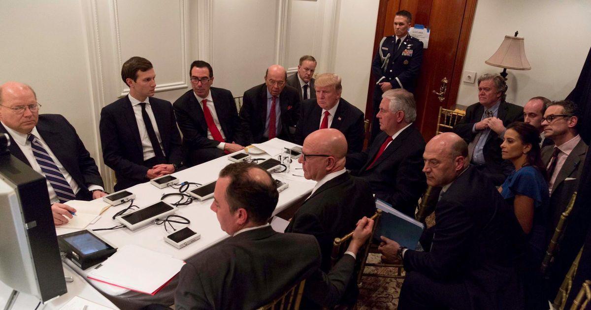 Президент США на официальной встрече со своей командой по национальной безопасности на курорте Мар-а-Лаго после ракетного удара по Сирии