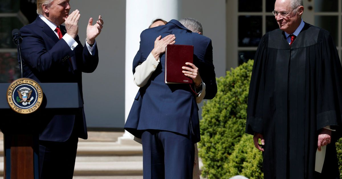 Трамп аплодирует судье Нилу Горсучу в Розовом саду Белого дома