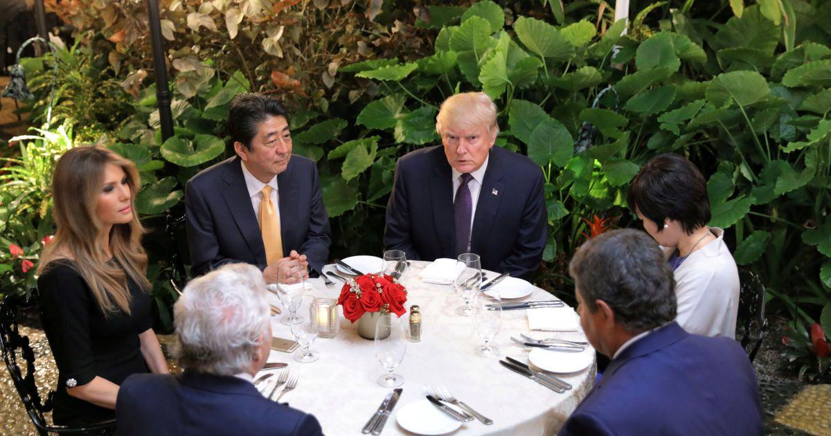Премьер-министр Японии Синдзо Абэ и его жена Аки Аб ужинают с президентом США и его женой Меланией, а также Робертом Крафтом в клубе Мар-а-Лаго в Палм-бич