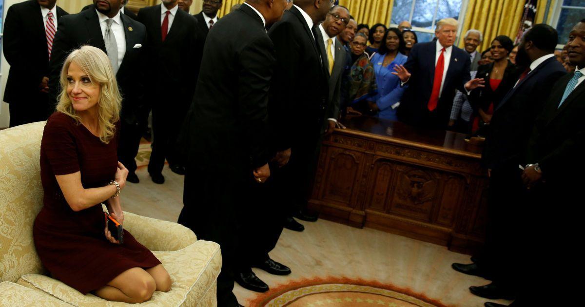 """Советник Трампа Киллиан Конуэй сидит на диване с ногами во время встречи президента с руководителями """"черных"""" колледжей и университетов"""