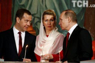 """""""С новой пассией"""". В Сети смеются над Путиным, который пришел на богослужение с Собяниным"""