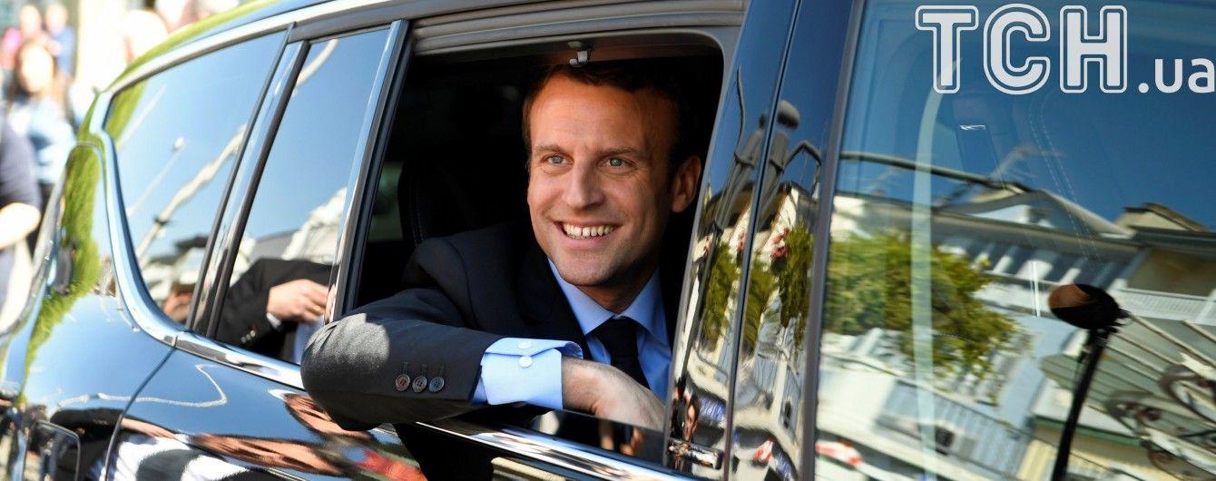 Кандидат у президенти Франції Макрон показав майстерний трюк з пляшкою з водою