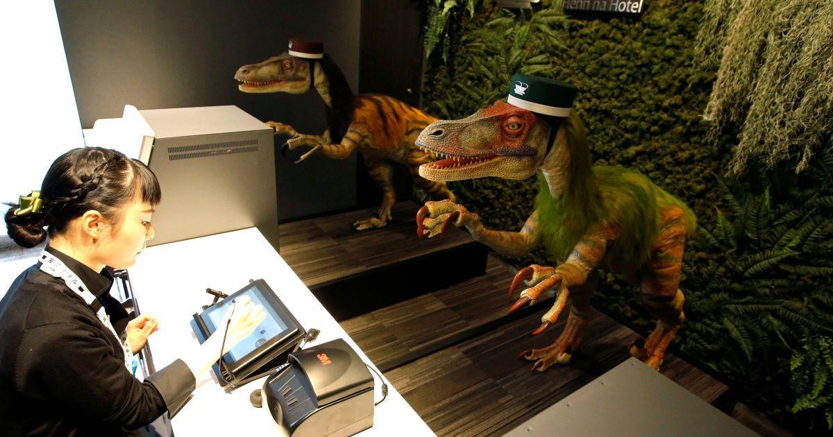 Динозавр-адміністратор на ресепції