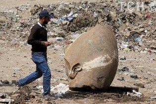 В Египте на дне затопленного ручья и среди мусора нашли гигантскую статую Размеса II