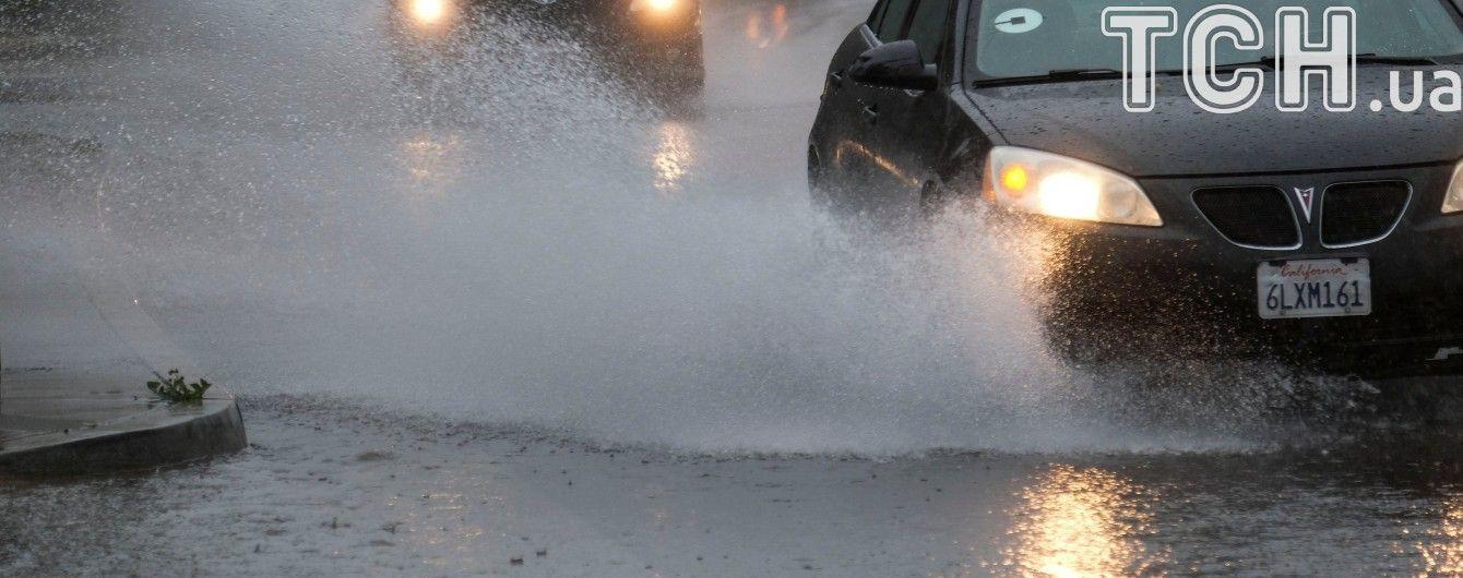 Затопленные машины и спасатели по шею в воде: в США бушует непогода
