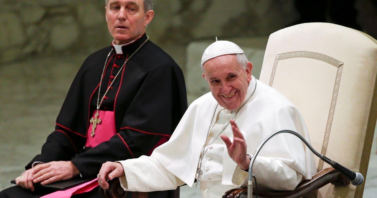 В Ватикане девочка стащила шапочку Папы Римского, пока тот благословлял ее