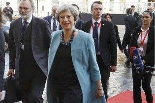 В строгом платье и ярком пальто: Тереза Мэй порадовала своим внешним видом